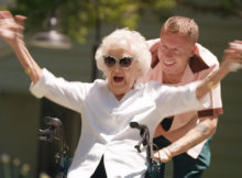 macklemore verrast zijn oma