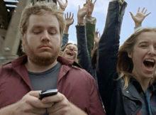 Kijken op je smartphone tijdens het oversteken
